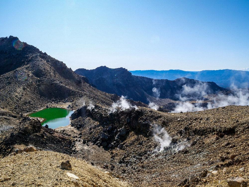 Blick auf Smaragdtsee, rauchende Schlote und Mountains