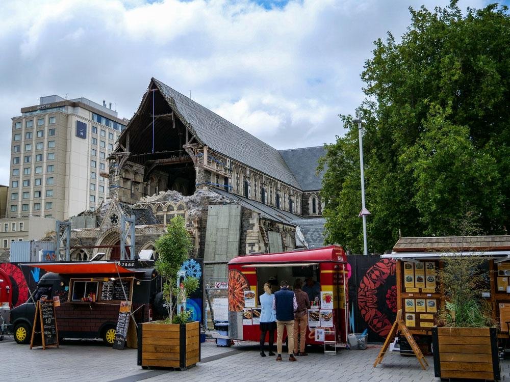Ein kleiner Market mit der Kathedrale destroyed