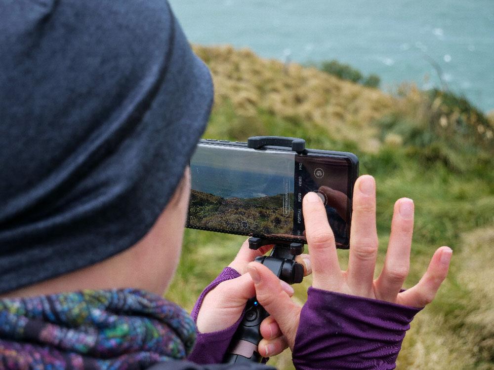 Andrea schießt ein Foto und wird dabei beobachtet.