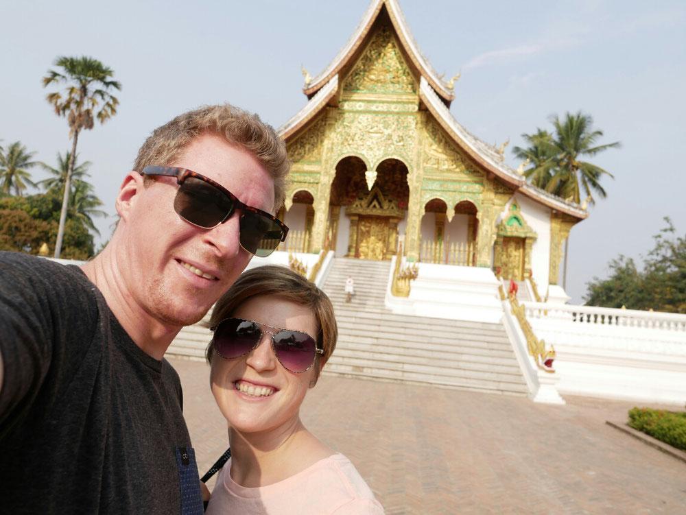 Selfie vor dem geschlossenen Ho Pra Bang, in dem die bedeutendste Buddahstatue von Laos steht