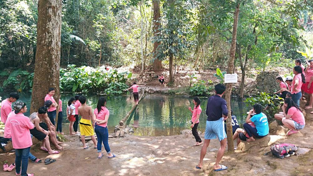 Die jungen Laoten waren Studenten einer Hochschule, die einen Ausflug in die Berge gemacht haben. Die meistens übrigens in Flip Flops
