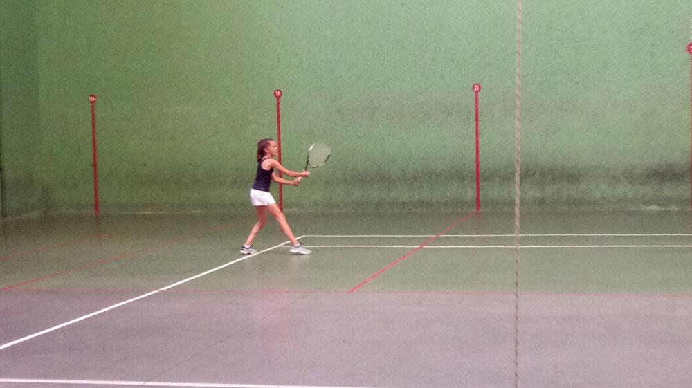 Camille hésite entre tennis et pelote basque