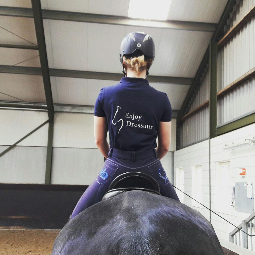 Gina van der Kley showt het shirt van Enjoy Dressuur.
