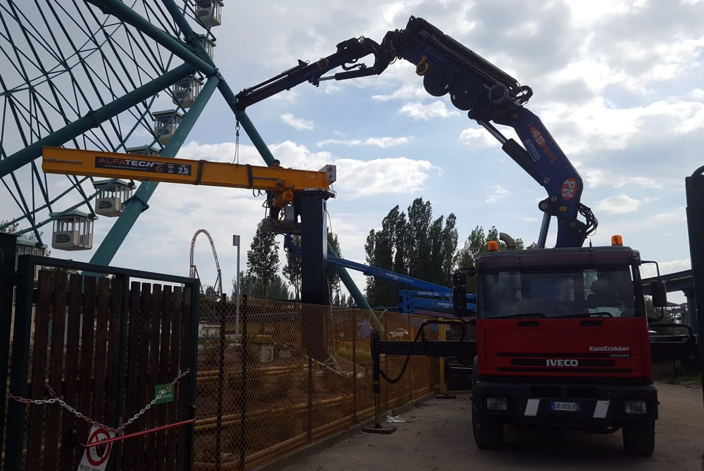 Noleggio camion gru per trasporto e montaggio gru a bandiera a Savio Mirabilandia