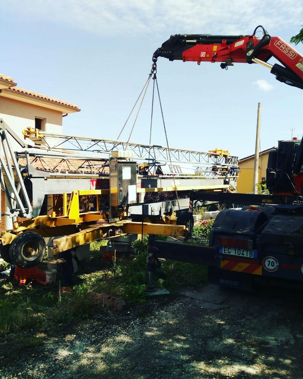 Noleggio bilico con gru e rimorchio ribassato per trasporto sollevamento montaggio gru edile a Cesenatico