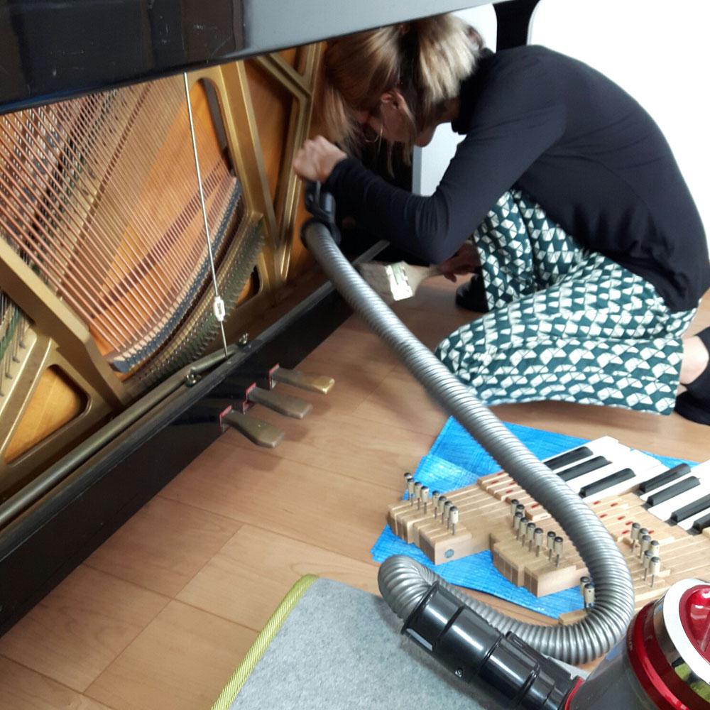 ⑦下部の清掃は掃除機と専用クリーナーを使用します。