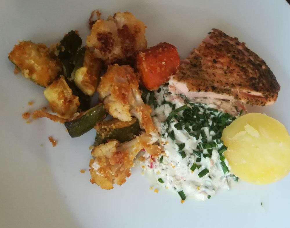 Schnell und ohne Aufwand zubereitetes Ofengemüse mit Dip, Lachs und Pellkartoffel