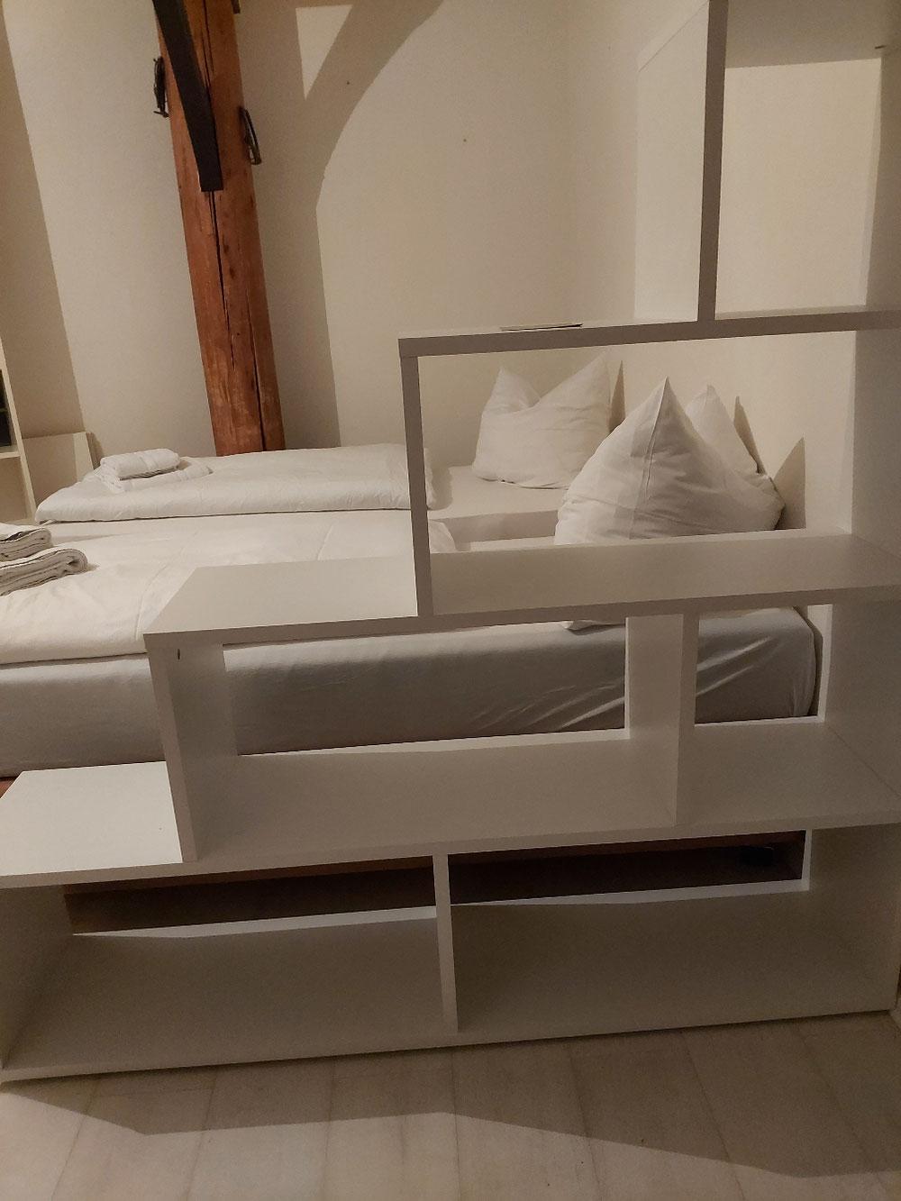 Zwei weitere Betten im Wohnraum