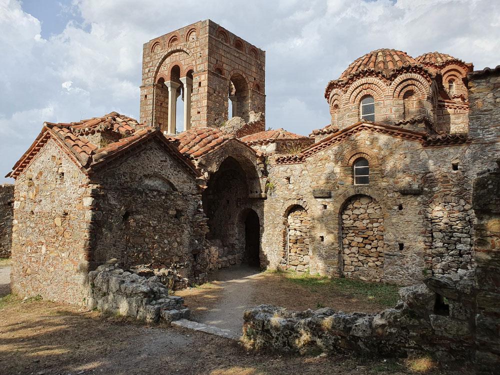Die Kirche Agia Sophia wurde um 1360 erbaut, in türkischer Zeit als Moschee genutzt. In ihren Seitenkapellen waren Grablege der herrschenden Fürsten, die Decke des Gewölbes ziert ein recht gut erhaltenes Fresko.