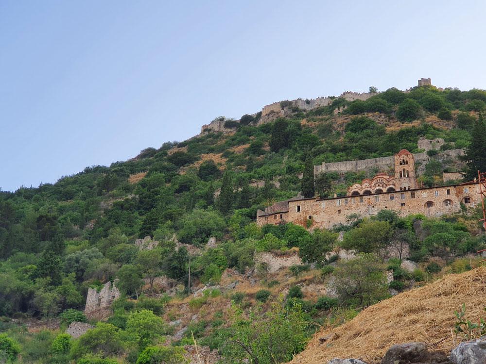 Blick von unten auf das noch bewohnte Pantanassa Kloster und die Burg