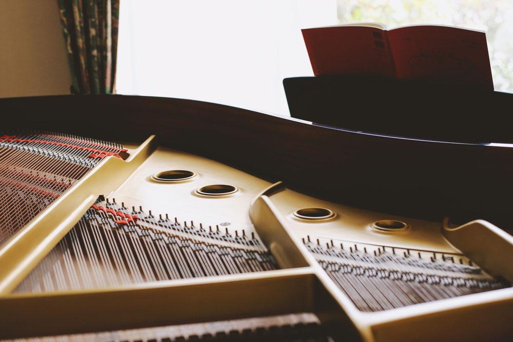 部屋においてあるピアノの写真