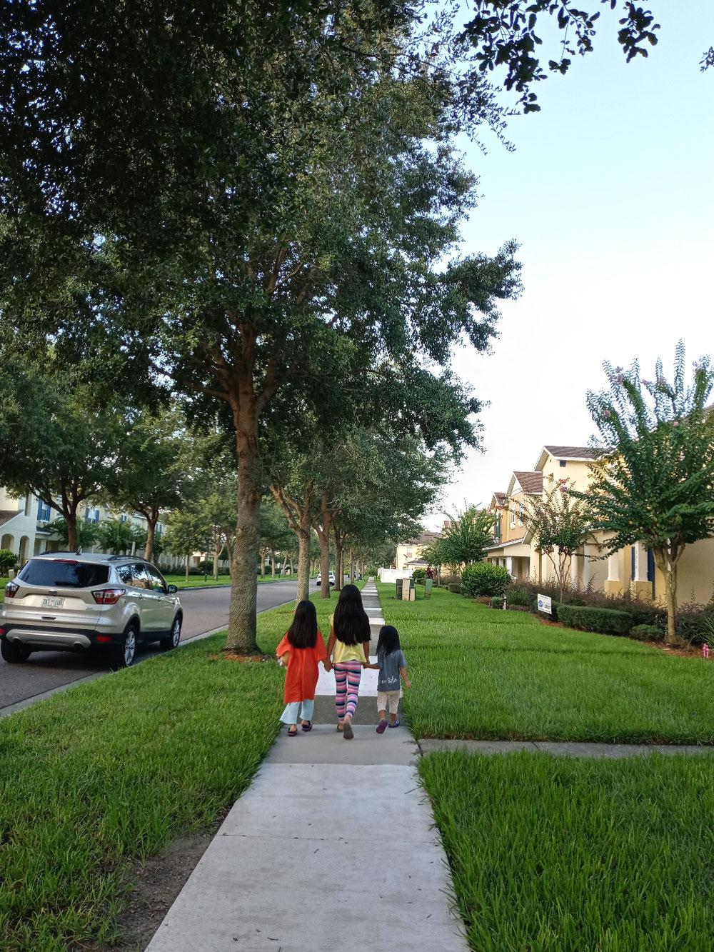 朝、家の周りを散歩する娘3人