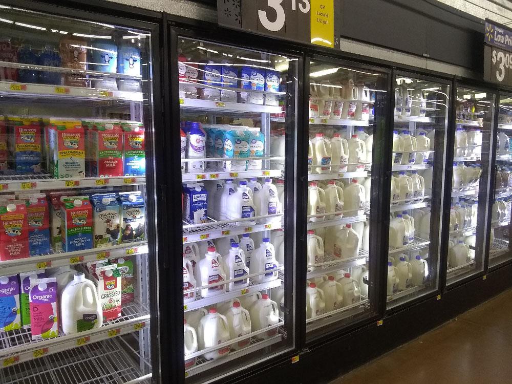 牛乳、豆乳、アーモンドミルクや乳製品の棚