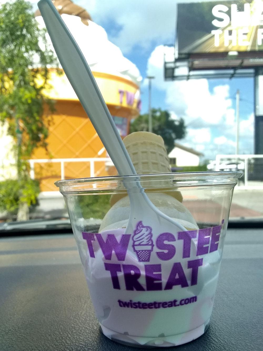 Twistee Treat (ストロベリー&バニラ Swirl)