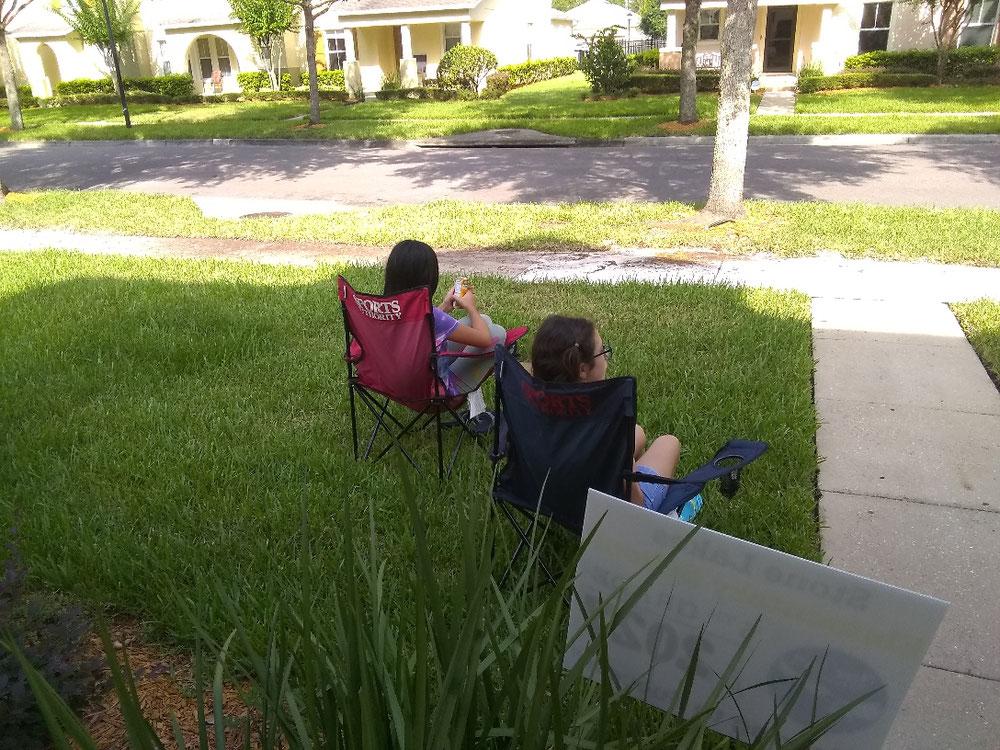 家の前の芝生で友達と語らう長女