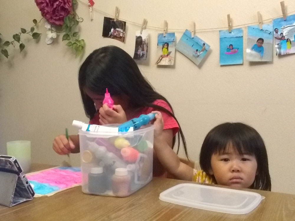 5 minutes craftの動画を見ながら絵を描く次女と邪魔する末っ子