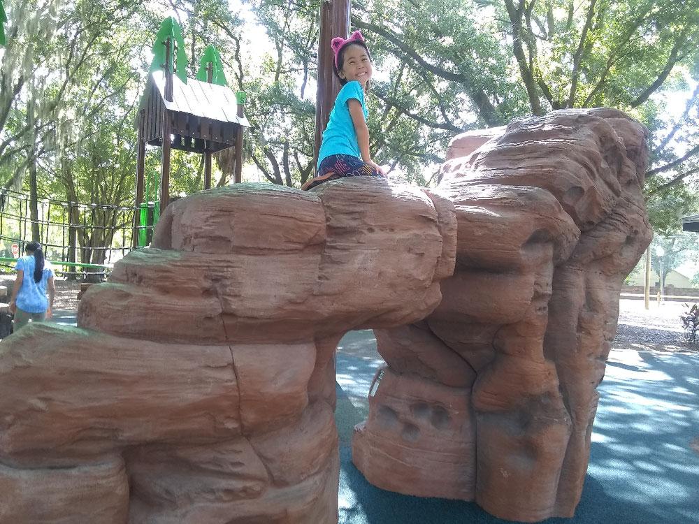 子供は登りたがるのを分かっていて設置してあるのでしょう