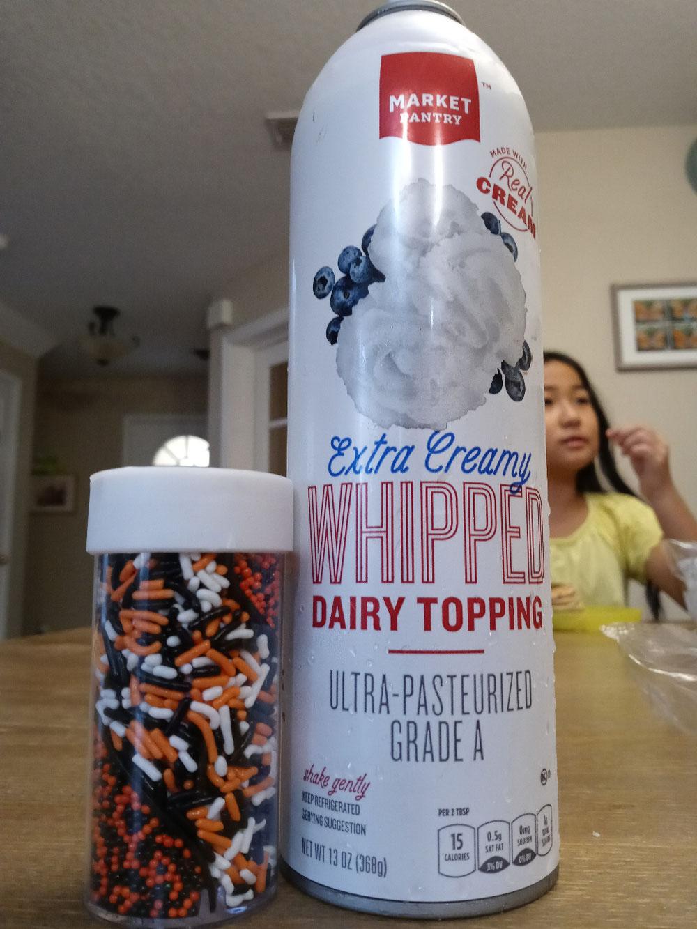 味変用のホイップクリーム缶とスプリンクル(ハロウィン柄)