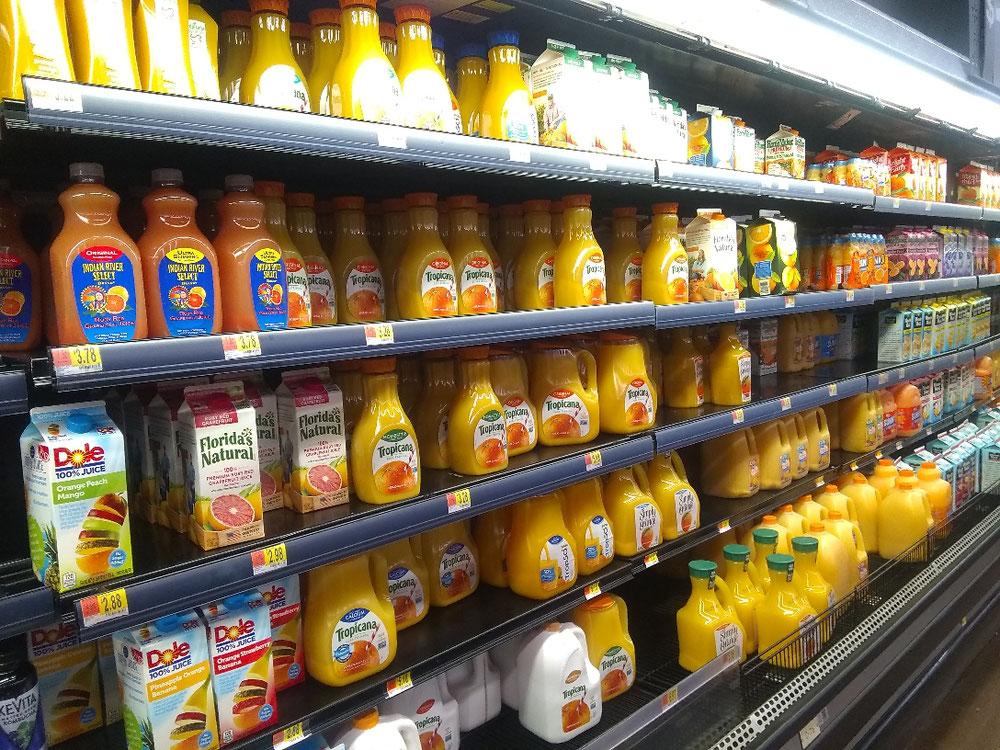 オレンジジュースやフルーツジュースの棚