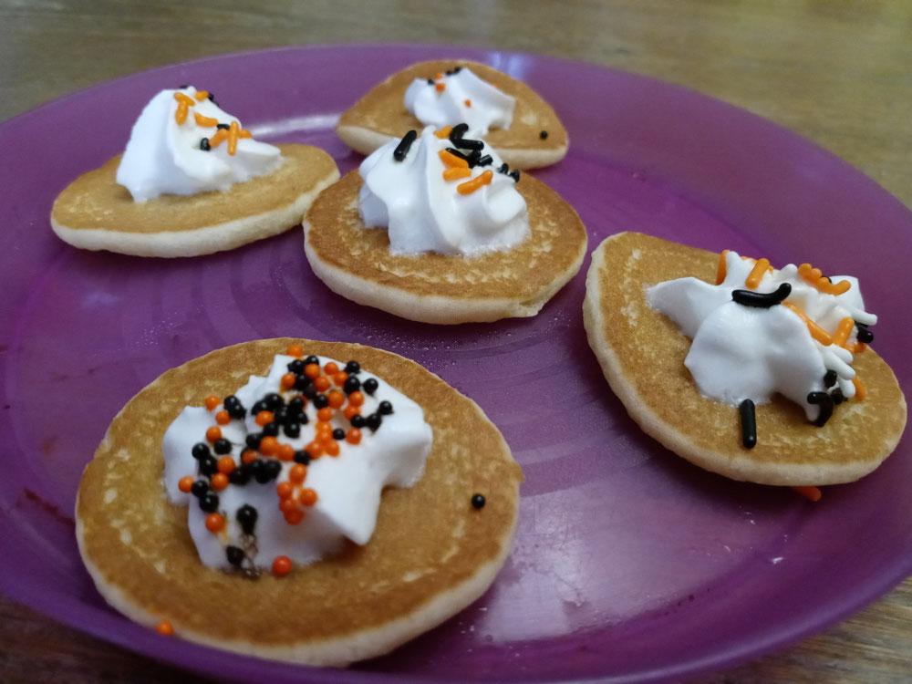 冷凍パンケーキで簡単朝食🥞🧇生クリーム+スプリンクル