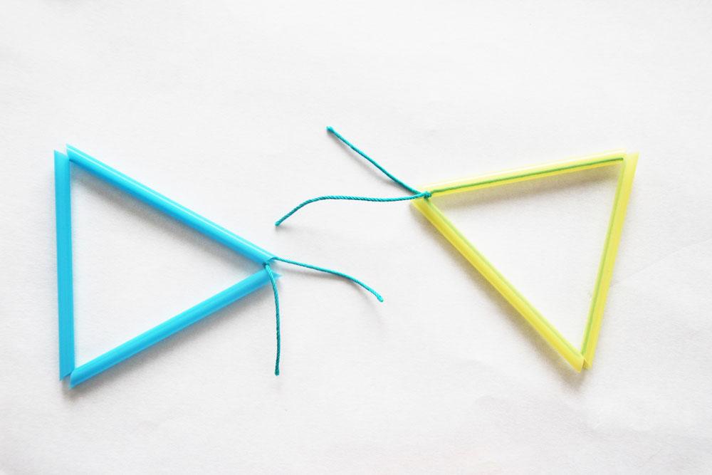 ストロー3本に糸を通し結び三角を作ります