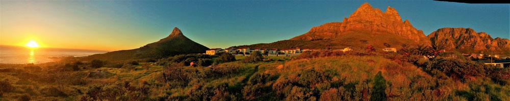 Was für ein Panorama: Die Bucht von Camps Bay, Lion´s Head, der Tafelberg und die 12 Apostel im Sonnenuntergang von unserem Haus.