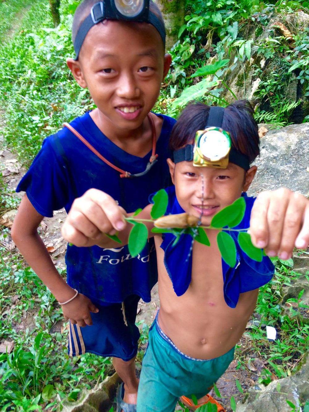 Laura: Dieses Bild ist mein Lieblingsbild aus Laos, per Zufall mit dem Roller zu einer Höhle gefunden und dann von diesen beiden Guides durch die wundervollen Dschungel von Laos geführt worden.