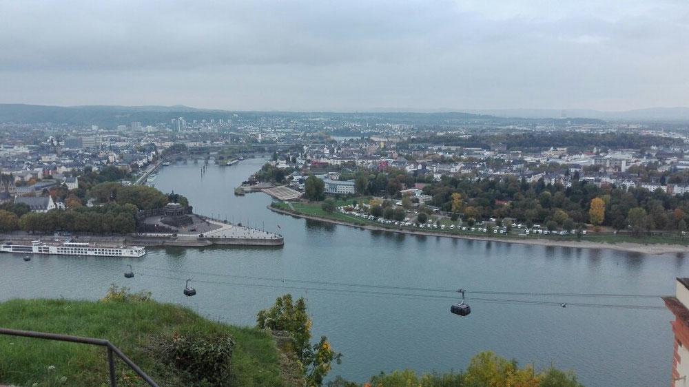 Blick von der Festung auf das deutsche Eck (man kann die unterschiedlichen Farben der Flüsse erkennen)