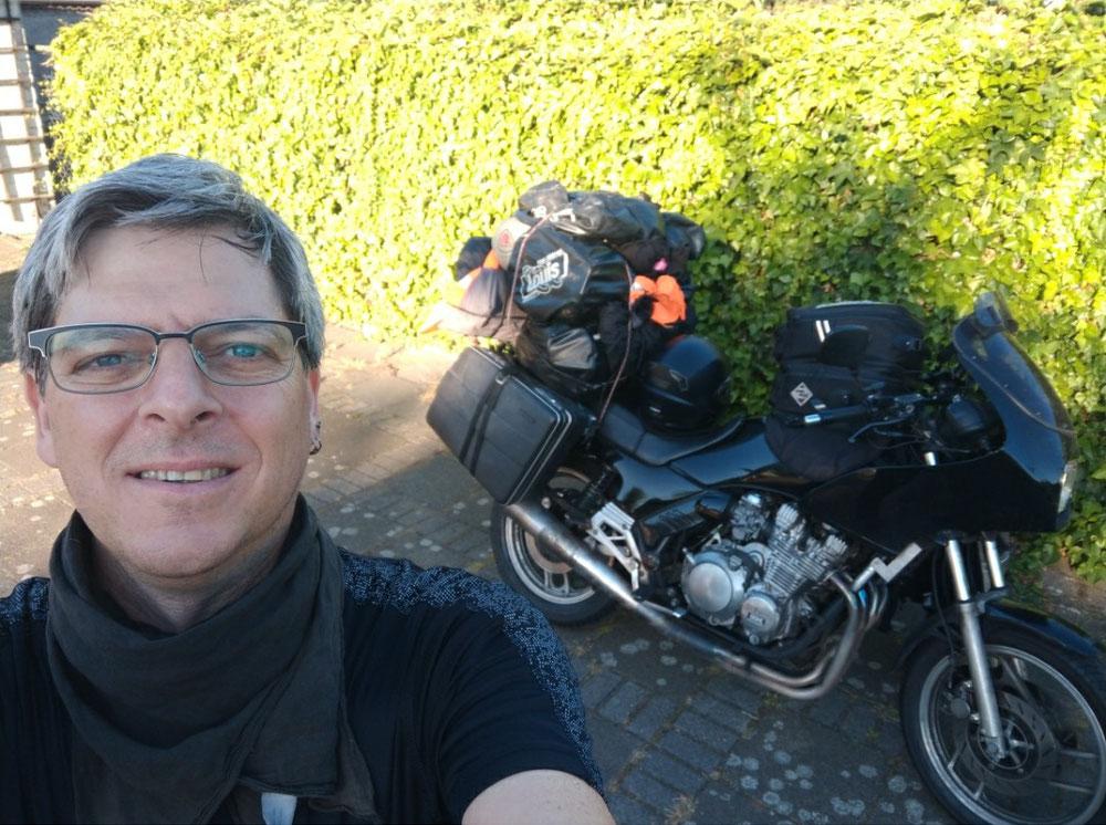 Nachtrag: Dieses Bild bekam ich noch von Guido, dessen dreistöckiges Motorrad ich am 12. Tag meiner Reise bewunderte und es versäumt hatte, ein Foto davon zu schießen. Merci beaucoup Guido! BONNE VACANCES!