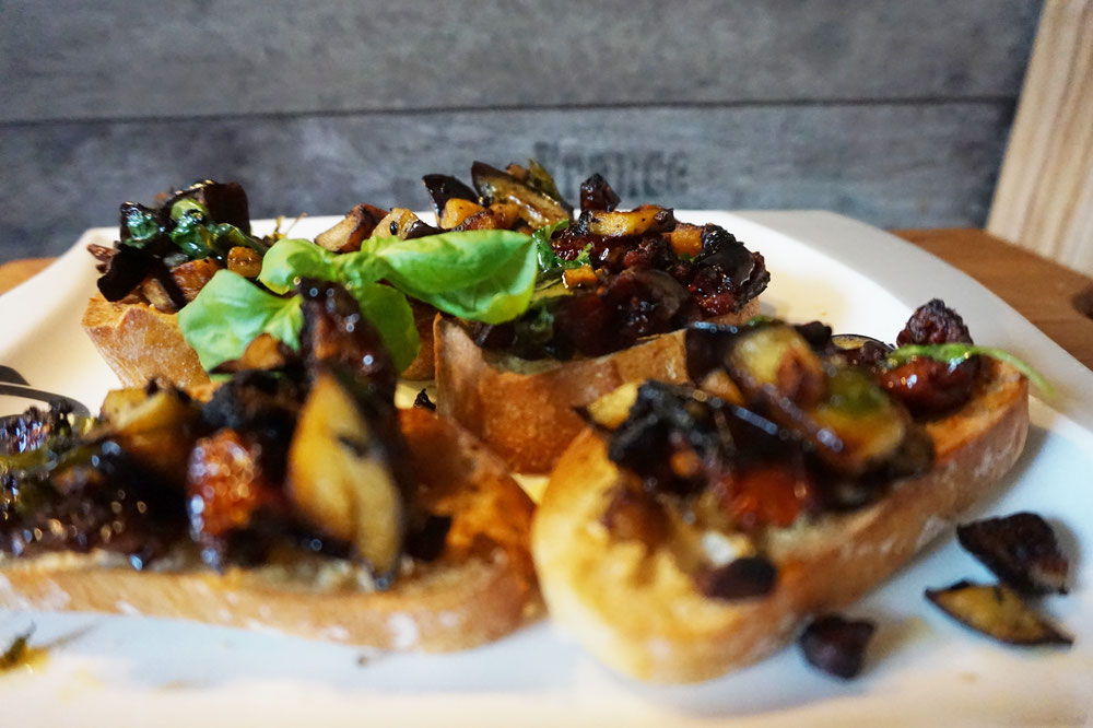 vorspeise bruschetta a la jamie oliver mit aubergine. Black Bedroom Furniture Sets. Home Design Ideas
