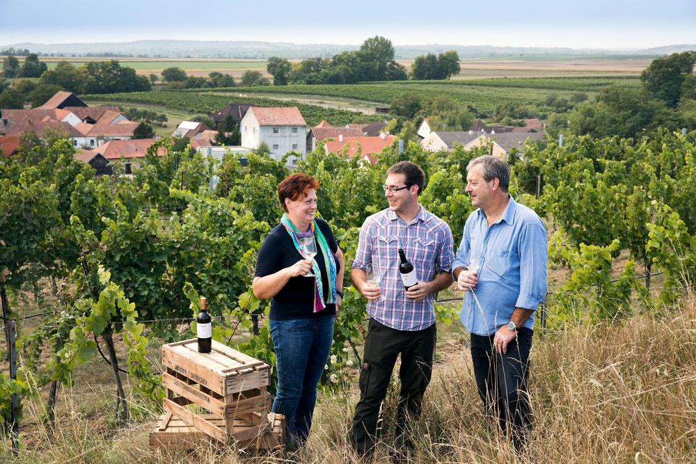 Gerlinde, Matthias und Ernst Heiß im Weingarten mit Blick auf Engelmannsbrunn