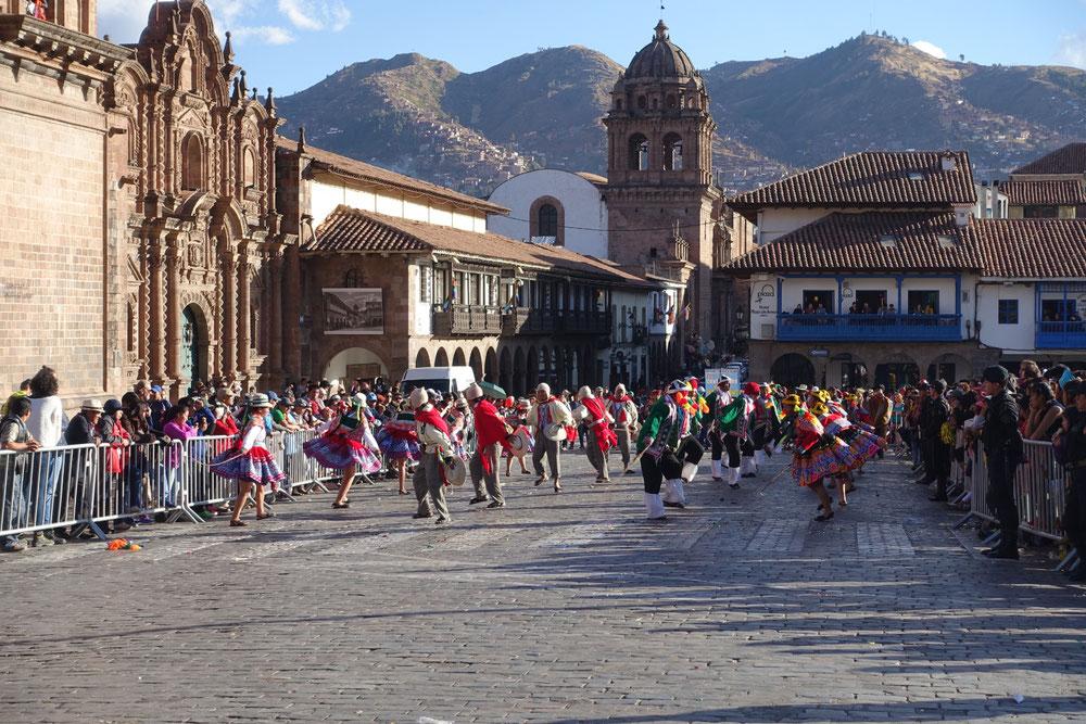 Place d'arme Cusco danse traditonelle