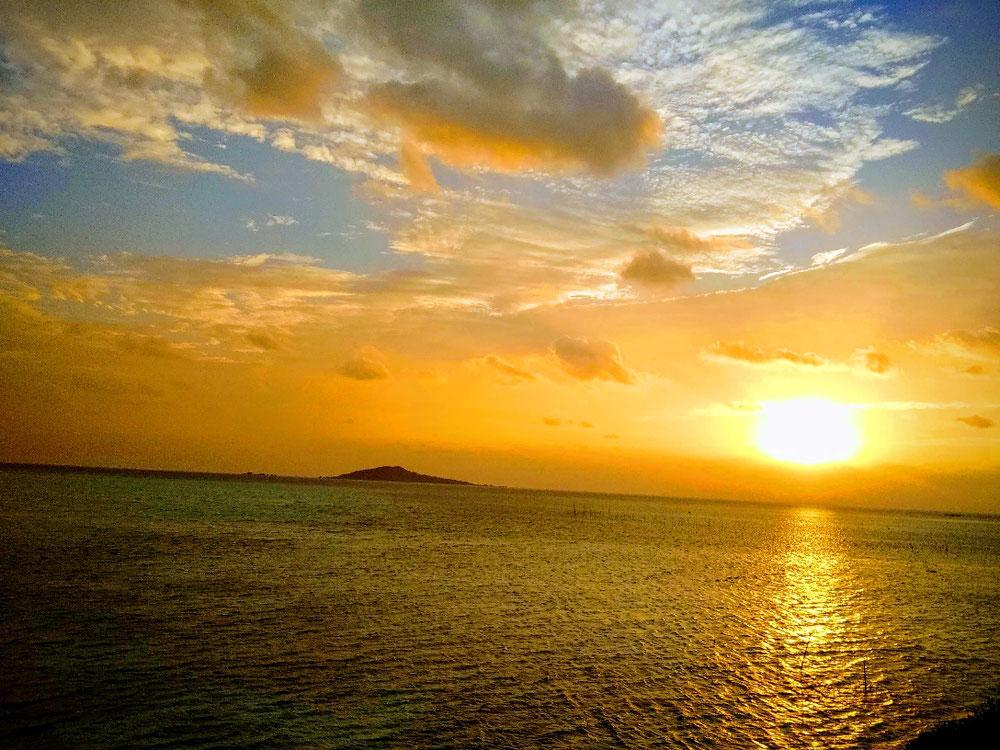 私が一番好きな景色 。宮古島から船で 東へ15分 、神宿る島 大神島 を眺めながら見る朝日の 美しさ。 これを見れた朝はそれだけで今日1日何かいいことありそうな。もうすぐ冬至を迎えようとしています 。大切な節目を皆様がそれぞれに良き時を、お過ごし頂けること、心よりお祈り申し上げます。