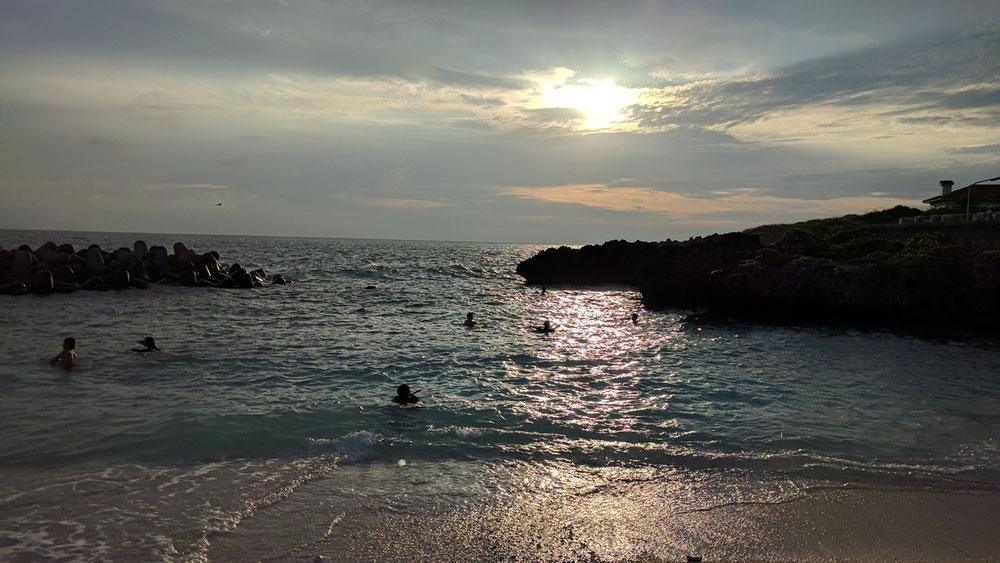 夕暮れまで海で遊ぶ池間島の子供達