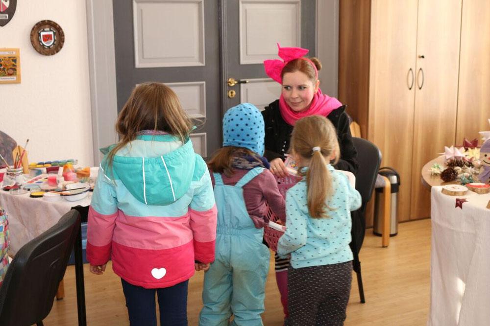 """""""Knirpsi"""" zog durch Sternberg um Kinder zu beschenken."""