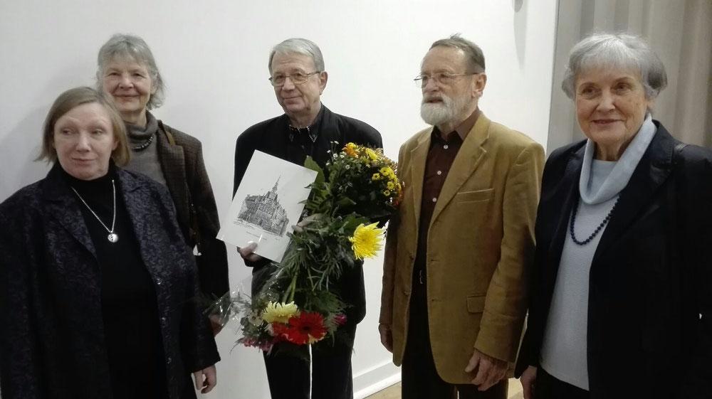 von links: Maja Helen Feustel und Brigitte Lingertat vom Gaphik-Collegium Berlin; Volkhard Böhm; Peter Hoffmann vom Graphik-Collegium; Christine Cyrus vom Aktionskreis Kinder von Tschernobyl
