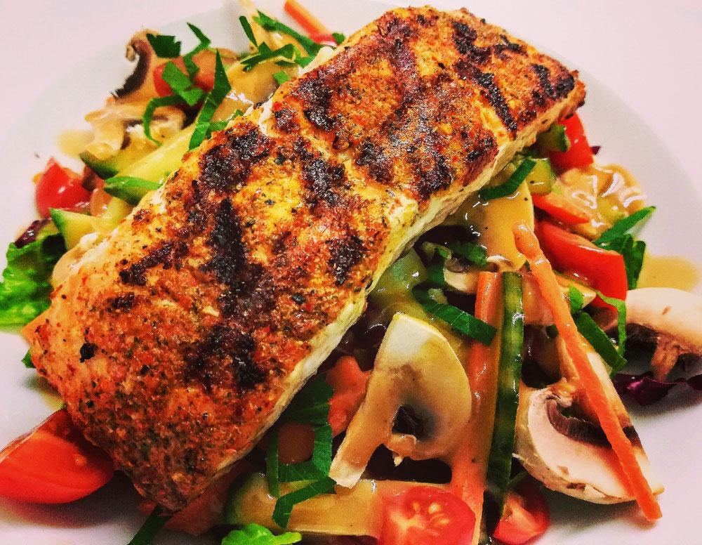 Salatvariation mit gegrilltem Lachsfilet