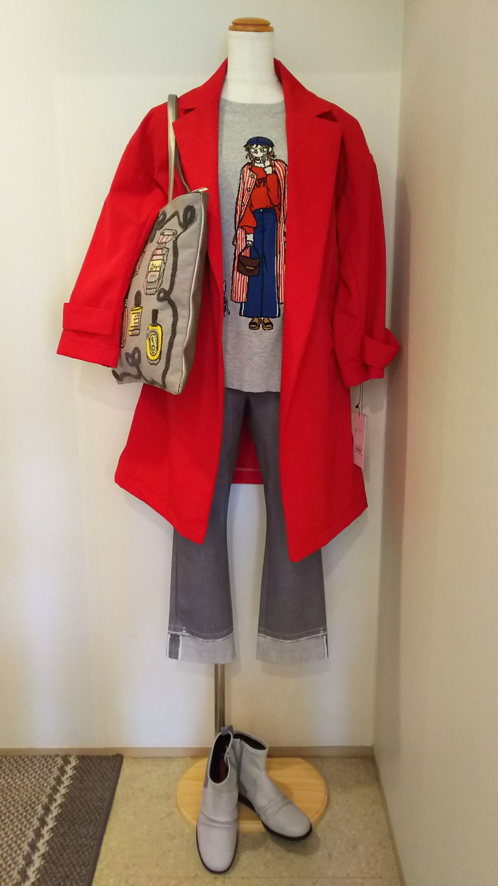 ワンポイントカラーは赤のスプリングコート