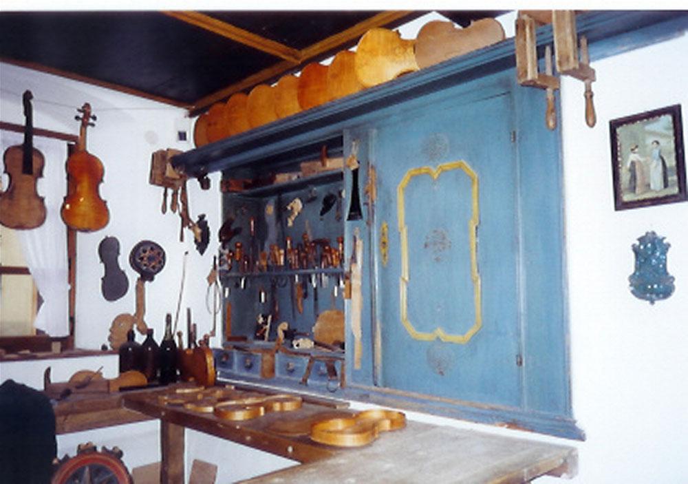 Traditionelle Geigenbauer-Werkstatt