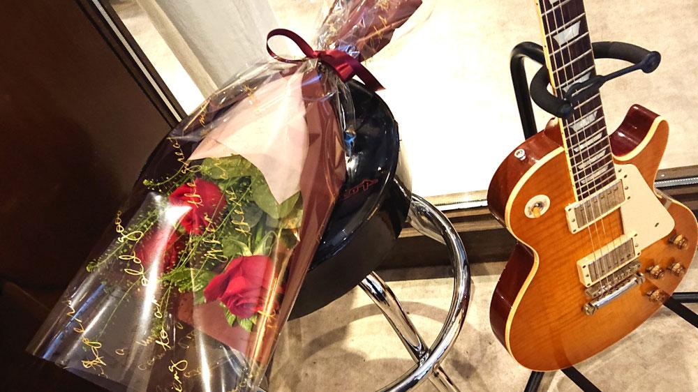 店のギターの横に置いてみました(^-^)v