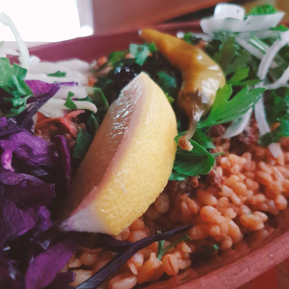 Bulgur mit Lahmacunhack und Salat