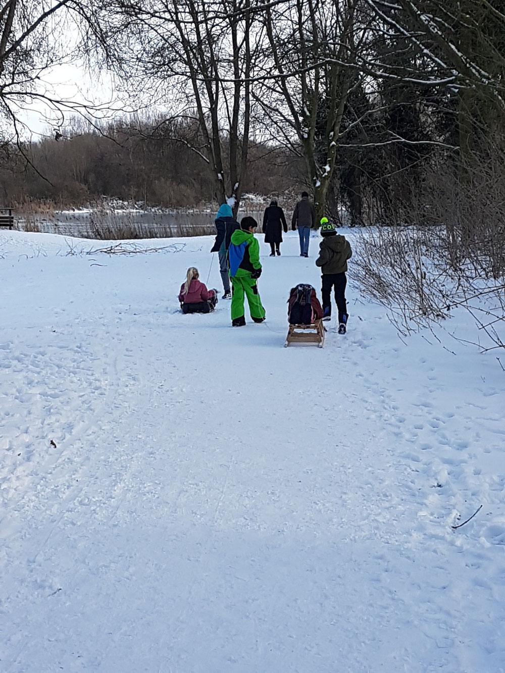 Spelen en glijden in de sneeuw