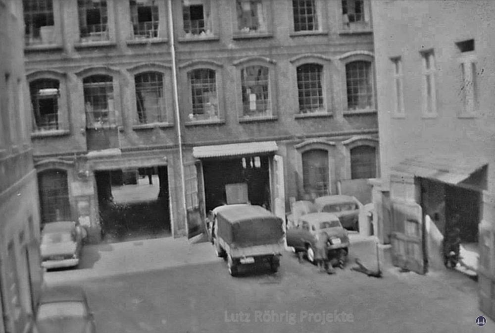 Gewerbehof Körtestraße 10 in Berlin - Kreuzberg. Blick auf die Autowerkstatt in den 1960er Jahren.