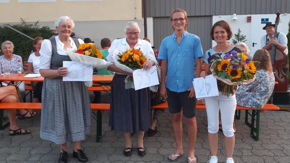 Gini Fischer (61 Jahre), Vroni Schaidhammer (53 Jahre), Chorleiter Laurent Wehrsdorf und Heidi Gratz (Jubiläum 25 Jahre)