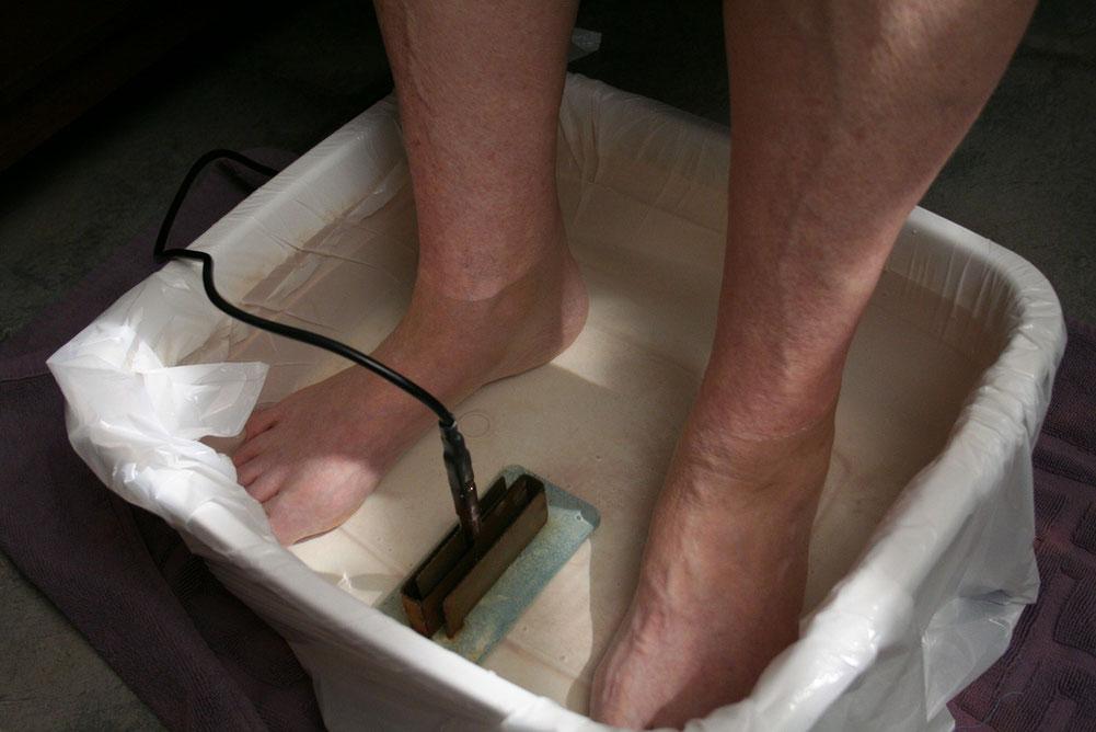 Detoxination en bain dérivatifs par voie électrolytique