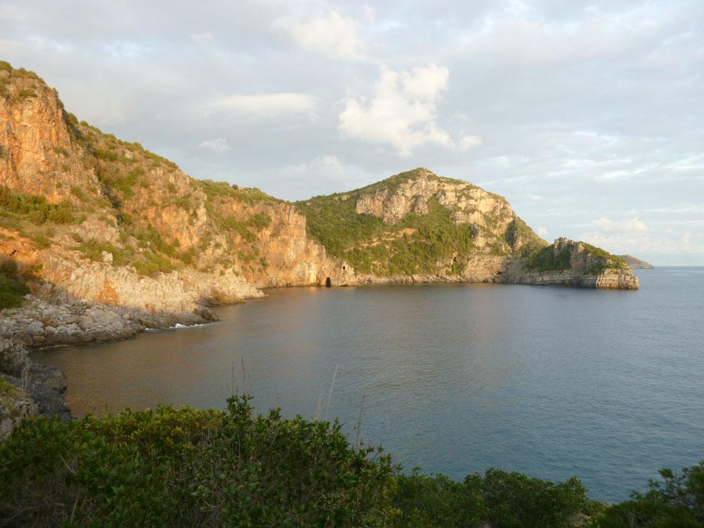 Cala Fortuna liegt gleich neben dem Dorf Marina di Camerota. Die besonders Fisch reiche und von Seemöwen bewohnte Bucht ist zu Fuss unzugӓnglich. Ein besonders romantischer Ort fuer eine Bootsfahrt oder ein Ausflug zum Schnorcheln.