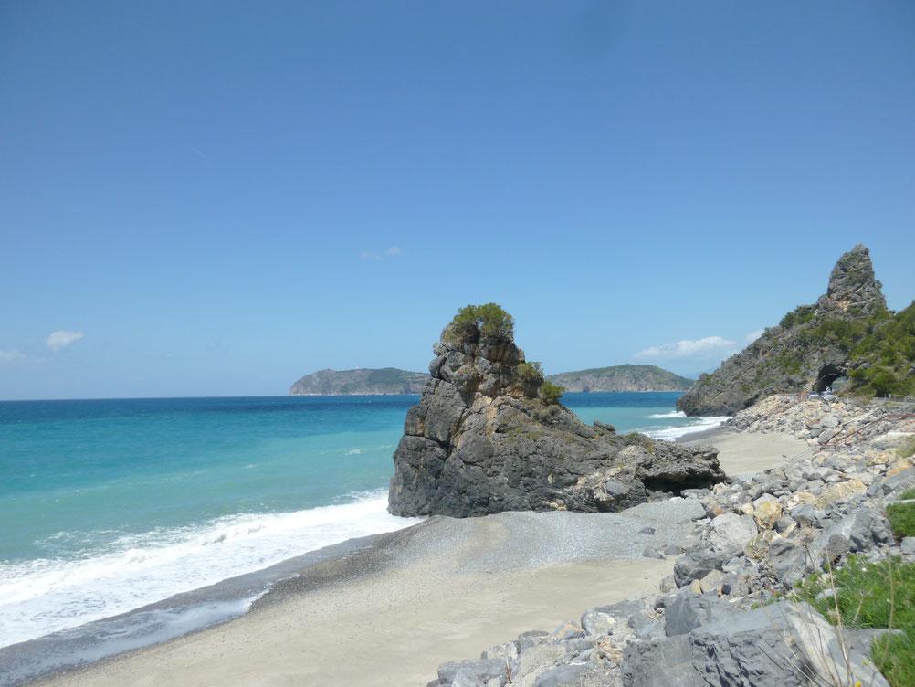 Strandwanderung im Mӓrz am gruenblauen Meer entlang von Marina di Camerota über mehrere kleine Buchten am Torre Fenosa vorbei nach Capo Palinuro.