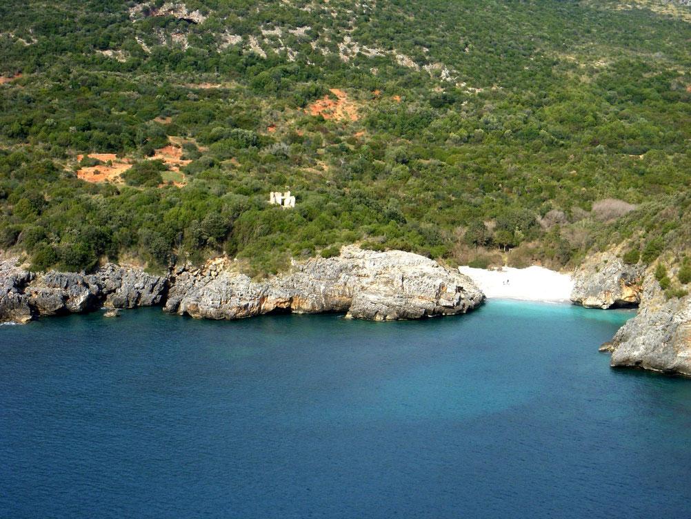 Cala Bianca wurde 2013 zur schönsten Bucht Italiens gekührt. Dieses kleine Paradiesfleckchen ist nur zu Fuss erreichbar.