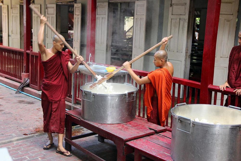 Kloster bei Mandalay - so rührt man Reis um!
