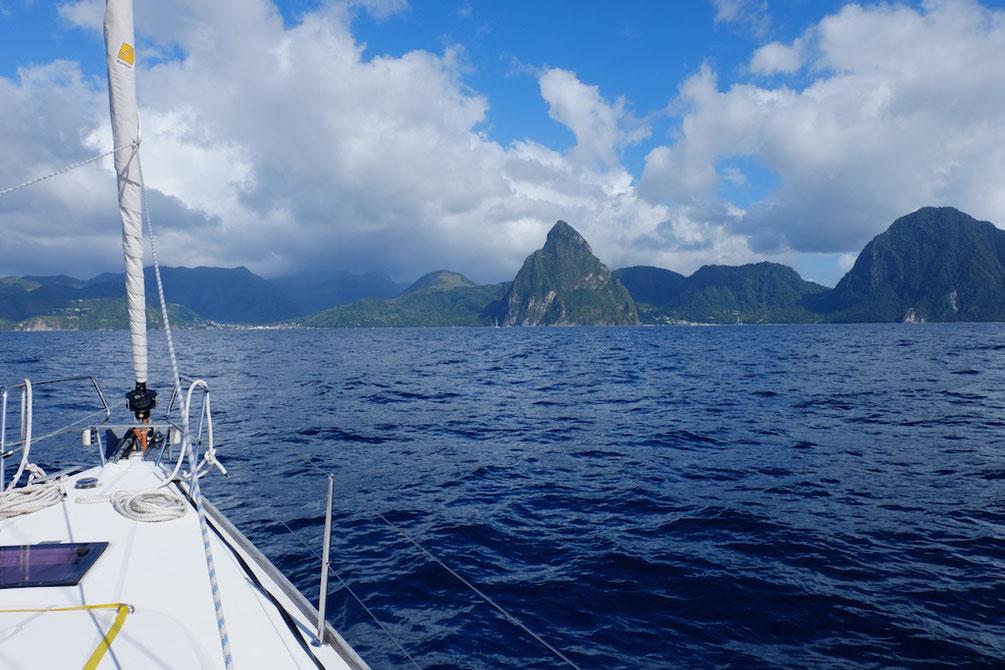 """Ansteuerung Soufriere, St. Lucia. Rechts der """"Petit Piton"""" und weiter rechts etwas angeschnitten """"Gros Piton"""""""
